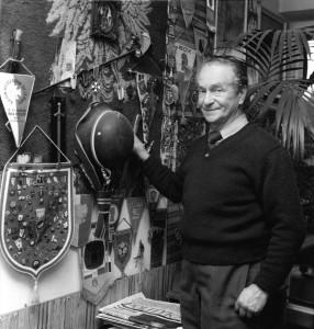 Tadeusz Pietrzykowski w swoim mieszkaniu w Bielsku-Białej. Fot. Adam Cyra 1988 r.