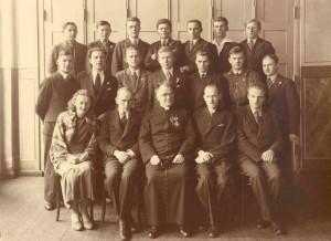 Ks. dr Antoni Ludwiczak ze słuchaczami Uniwersytetu Ludowego w Dalkach 1936 r., mój ojciec Józef Cyra (z prawej strony w pierwszym rzędzie)