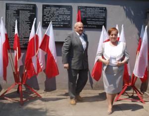 """Odsłonięcia tablicy dokonali: wiceprezydent Maria Pędrak i Bronisław Orski, najstarszy członek Klubu """"Samborzan"""", biorący udziął w tej uroczystości"""