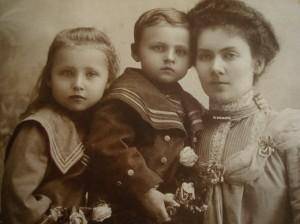 Ludwika Pilecka, z córka Maria i synem Witoldem, Ołoniec 1905 r.