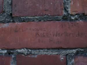 Napis na cegle - wykonany w KL Auschwitz przez Wolfa Zelmanowicza