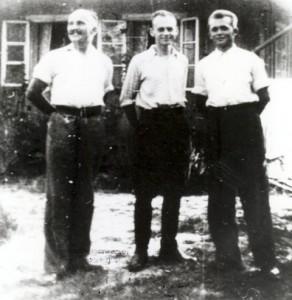 Uciekinierzy w Nowym Wiśniczu, lato 1943 r., od lewej: Jan Redzej, Witold Pilecki i Edward Ciesielski