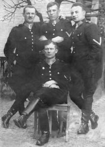 Policjanci z posterunku Podzamcze koło Dubna na Wołyniu (z prawej Józef Banek, pochowany w Miednoje)