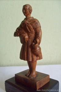 Rzeźba z drewna, przedstawiająca góralkę