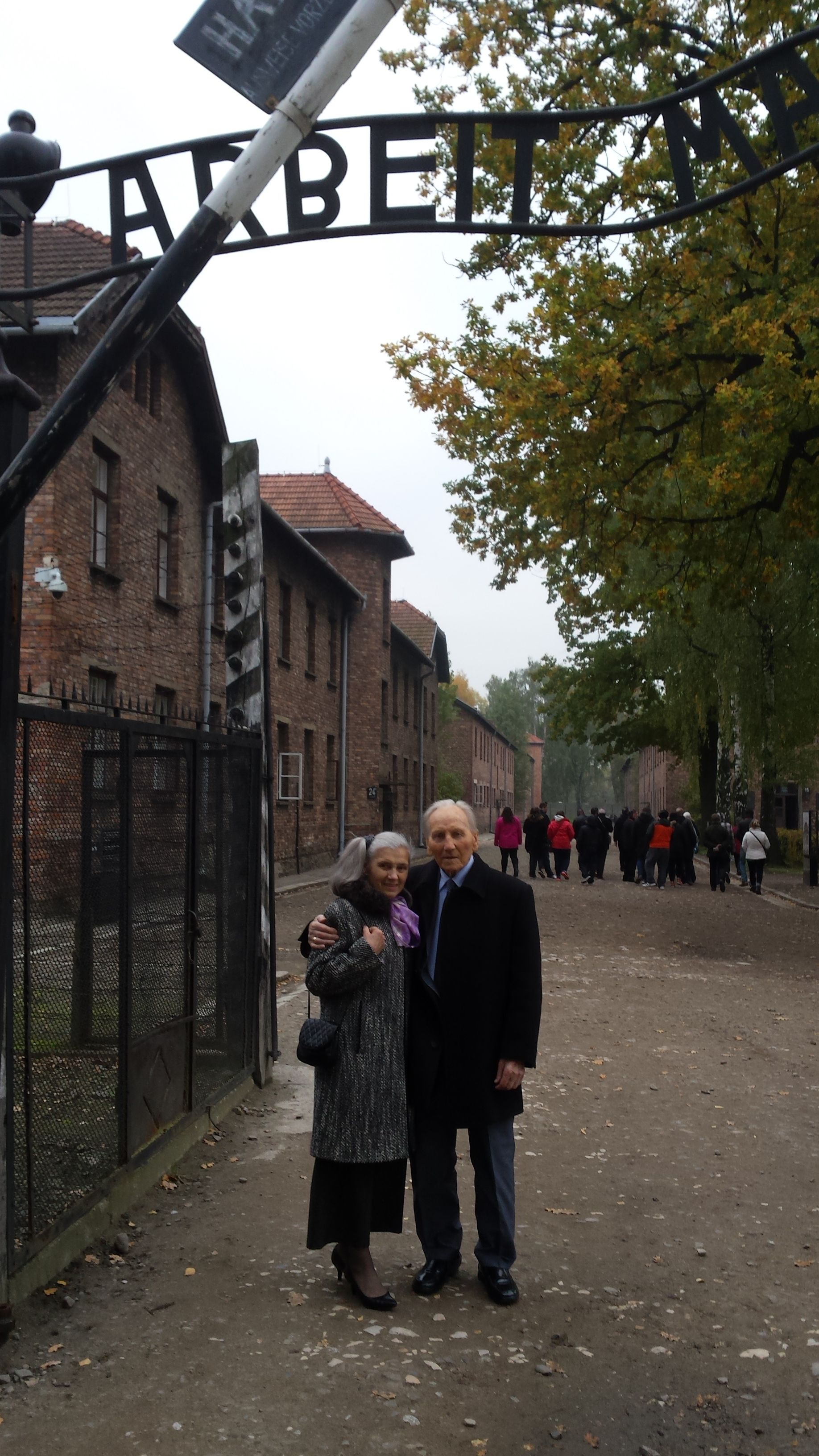 Kazimierz Piechowski z żoną Igą w Muzeum Auschwitz, 2015 r.