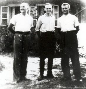 Jan Redzej (od lewej), Witold Pilecki i Edward Ciesielski, Nowy Wiśnicz lato 1943 r.
