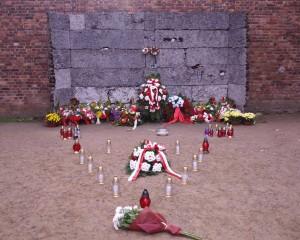 Ściana Straceń na dziedzińcu bloku nr 11 (Muzeum Auschwitz)