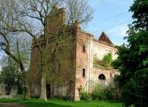 Ruiny kościoła w Kisielinie na Wołyniu, gdzie doszło do zbrodni