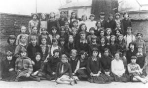 Uczennice szóstej klasy szkoły powszechnej w Olkuszu (rocznik 1931/32), szesnaście uczennic tej klasy to Żydówki.