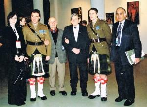Odsłonięcie tablicy poświęconej jeńcom angielskim, Oświęcim 27.01.2005 r. (trzeci od prawej Kazimierz Czarnecki)