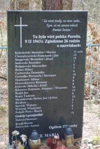 Tablica upamiętniająca pomordowanych w Parośli