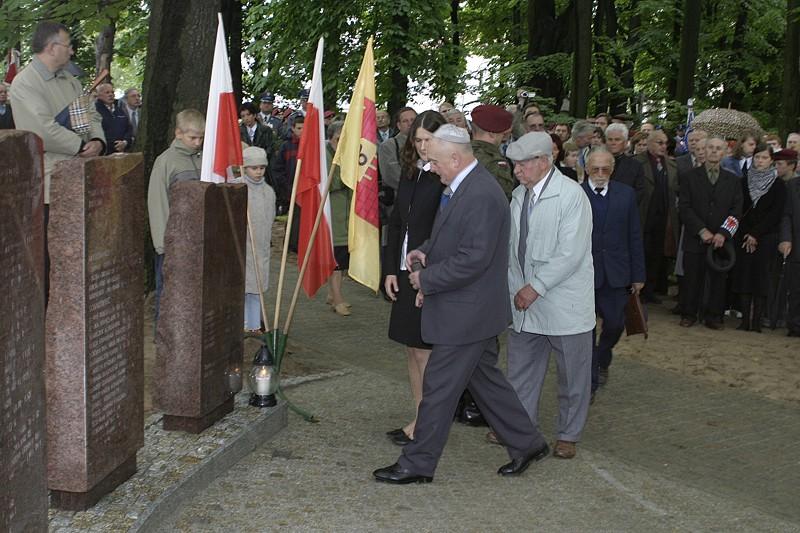 Urnę z prochami niosą od lewej Henryk Mandelbaum, Andrzej Młynarski i Anna Rzemieniu, uczennica LO w Olkuszu