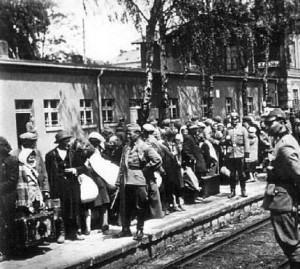 Żydzi na dworcu kolejowym w Olkuszu przed deportacją na zagładę, czerwiec 1942 r.