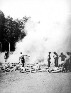 Stosy spaleniskowe w Birkenau, zdjęcie wykonane potajemnie przez więźniów