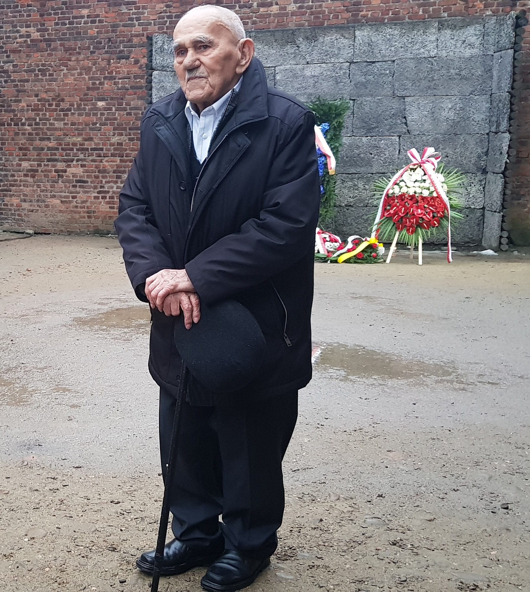 Kazimierz Tafil na dziedzińcu bloku nr 11 w dniu 27 stycznia 2018 r. Fot. Adam Cyra