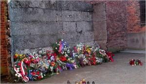 Ściana Straceń na dziedzińcu bloku nr 11